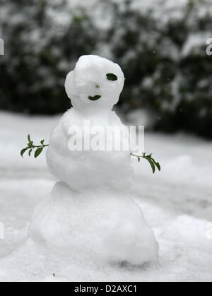 SMALL SNOWMAN LEICESTER IN SQUARE GENERAL SNOW VIEWS AROUND LONDON LONDON ENGLAND UK 18 January 2013 - Stock Photo