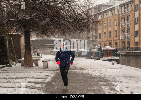 London, UK. 18th January 2013. Jogger braves the freezing temperatures along Regent's Canal, Central London, as - Stock Photo