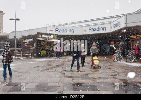 18th January 2013. Reading, Berkshire, UK. Passengers leaving Reading train station brave the increasingly heavy - Stock Photo