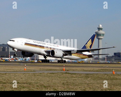 Boeing 777-212ER Singapore Airlines 9V-SVN take off from Schiphol - Stock Photo