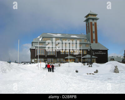 (dpa FILE) An archive picture, dated 7 March 2010, shows the summit house on the snow-covered Fichtelberg mountain - Stock Photo