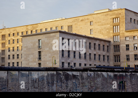 The Berlin Wall, with the Federal Ministry of Finance, (previously the Soviet era Ministry of Ministries) in the - Stock Photo