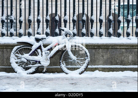 Cambridge, UK. 21st January, 2013. A cycle is covered in snow in Cambridge. Further snow fell overnight creating - Stock Photo