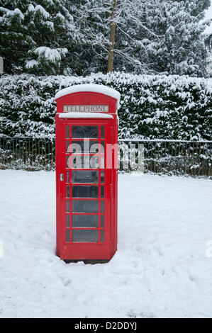 Cambridge, UK. 21st January, 2013. A traditional red telephone box is covered in snow in Cambridge. Further snow - Stock Photo