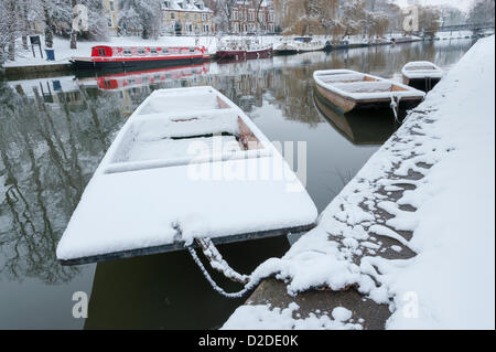 Cambridge, UK. 21st January, 2013. Punts are covered in snow on the River Cam in Cambridge. Further snow fell overnight - Stock Photo