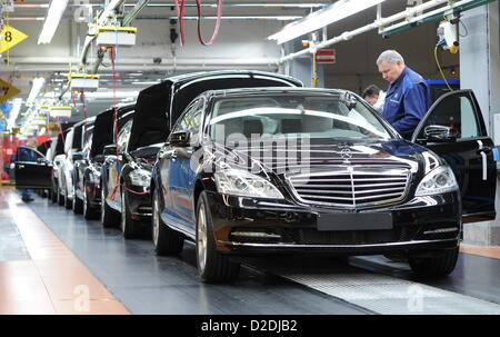 Employees of daimler assemble mercedes benz c class cars for Mercedes benz employee salary