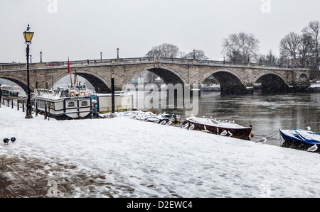 View of  Richmond bridge and the Thames river after a heavy snow fall in Winter - Richmond upon Thames, Greater - Stock Photo