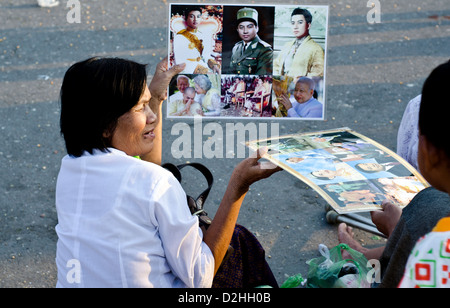People mourn the late king Norodom Sihanouk in front of the Royal Palace in Phnom Penh - Stock Photo