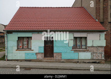 Bad Freienwalde, Germany, empty, small house with new thatched roof - Stock Photo