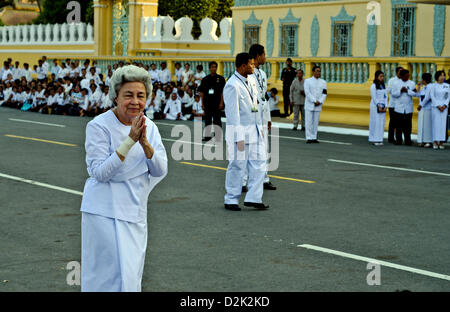Phnom Penh, Cambodia. 26th Jan, 2013. Queen Mother Norodom Monineath Sihanouk of Cambodia greets the crowd in front - Stock Photo