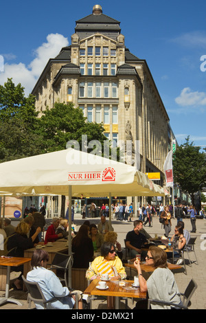 People outside cafe on Barkhof where Spitalerstrasse and Moenckebergstrasse meet in the city's shopping heart, Hamburg, - Stock Photo