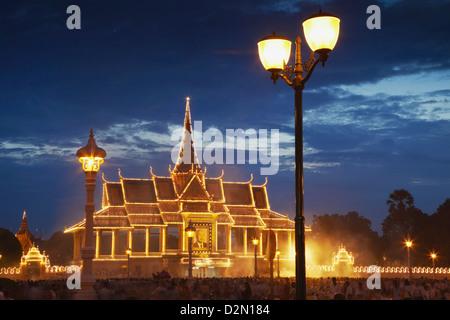 Crowds mourning the late King Sihanouk outside Chan Chaya Pavilion of Royal Palace at dusk, Phnom Penh, Cambodia, - Stock Photo