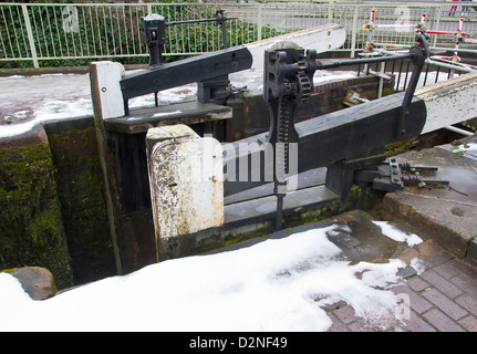 Staffordshire and Worcestershire Canal at Kidderminster in winter.  Frozen canal and lock gates. - Stock Photo