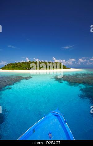 Boat heading for desert island, Maldives, Indian Ocean, Asia - Stock Photo