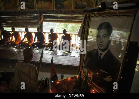 Feb. 3, 2013 - Phnom Penh, Cambodia - Cambodian mourners gather offer prayers at a small Buddhist temple on the - Stock Photo