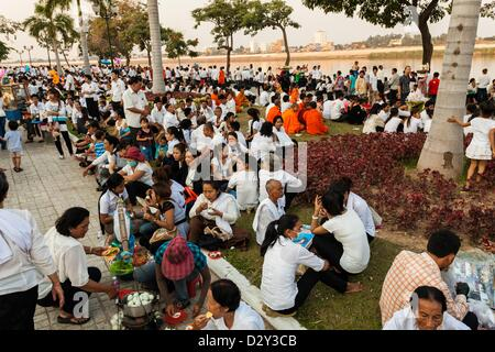 Phnom Penh, Cambodia - Cambodian dressed in white are gathering at sunset on Phnom Penh riverside for the cremation - Stock Photo