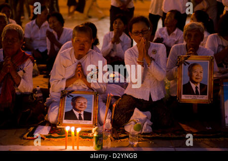 Mourners gather in front of the Royal Palace to honor the late king Norodom Sihanouk ,night before his cremation,Phnom - Stock Photo