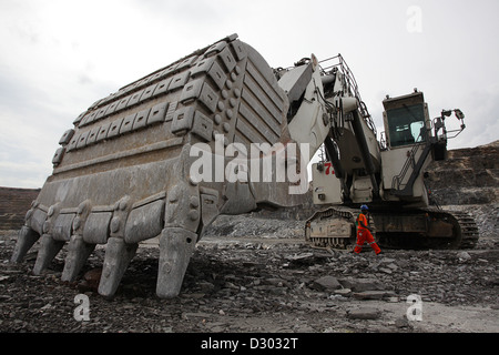 Large crawler excavator at Kansanshi open cast copper mine Kansanshi Mining PLC, a First Quantum subsidiary. - Stock Photo
