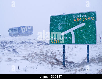 A537 Cat and Fiddle road between Buxton and Macclesfield, UK. 5th February 2013. Heavy snow and strong winds bring - Stock Photo