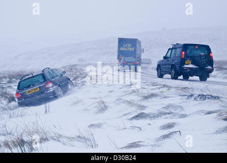A537 Cat and Fiddle road between Buxton and Macclesfield, Heavy snow has caused a car to crash off the road. - Stock Photo