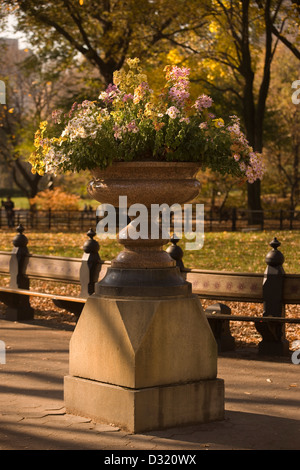 FLOWERS IN URN THE MALL (©OLMSTEAD & VAUX 1860) CENTRAL PARK MANHATTAN NEW YORK CITY USA - Stock Photo