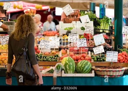 Fruit, vegetables, and customers at the Mercato di Rialto, San Polo, Venice, Italy. - Stock Photo