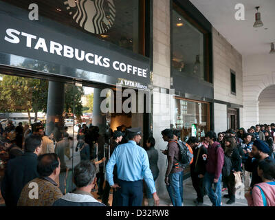 People queuing outside Starbucks flagship store in Connaught Place on its opening day, the first one in Delhi India. - Stock Photo