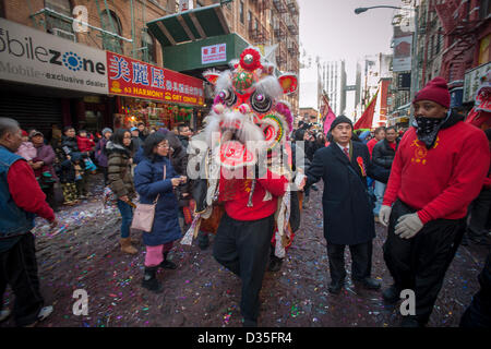 New York, USA. 10th Feb, 2013. Tourists and New Yorkers of all races and nationalities crowd Chinatown in New York - Stock Photo