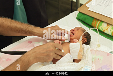 Carrefour, Haiti, with a baby by a doctor tested the reflexes - Stock Photo