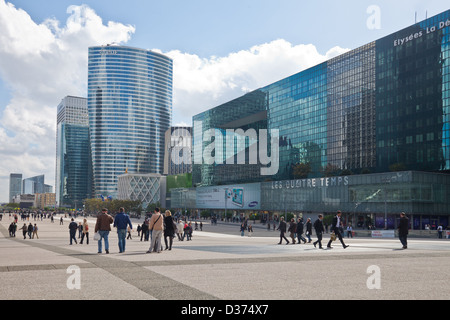 Workers in and visitors to La Defense, Paris. On the right is Les Quatre Temps, a huge commercial centre, and left - Stock Photo