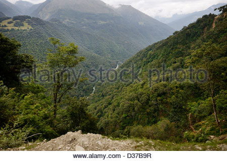 Edge of narrow mountain road from Wangdue Phodrang Dzong to Pele la pass, steep drop to the valley below and amazing - Stock Photo