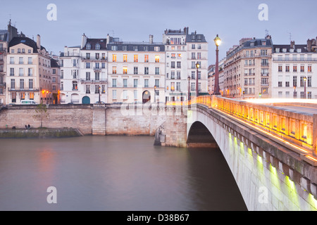 Parisian apartments on the Ile saint Louis in Paris, France. - Stock Photo