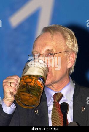 Edmund Stoiber bavarian Prime Minister and leader of the CSU party drinks a huge gulp of beer at the political Ash - Stock Photo