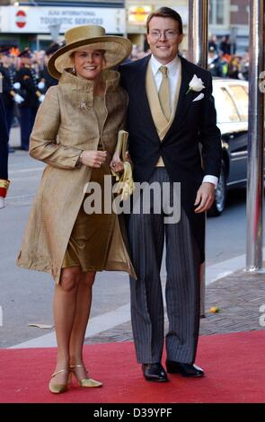 (dpa) - Guests at the Royal Wedding in Amsterdam: Dutch Prince Constantijn and his pregnant wife Princess Laurentien - Stock Photo