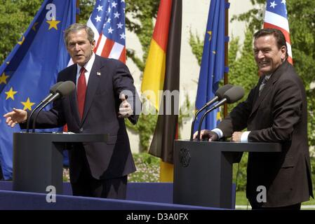 (dpa) - US President George W. Bush (L) and German Chancellor Gerhard Schroeder answer journalists' questions on a press conference in Berlin, 23 May 2002. They announced that USA and Germany agreed in all of the important political matters, which included the necessity to continue the war against t