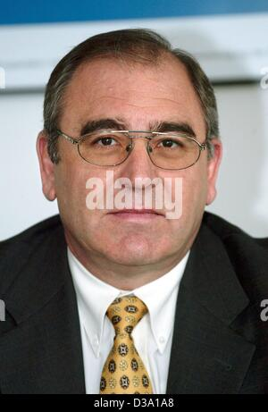 (dpa) - Rolf Zimmermann, CEO of the automobile producer Ford, on a press conference in Berlin 23 April 2002. - Stock Photo
