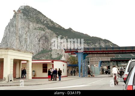 (dpa) - The border crossing between Spain and Gibraltar, 18 March 2002. The rock of Gibraltar has been a British - Stock Photo