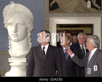 (dpa) - L-r: German Chancellor Gerhard Schroeder and Russian President Vladimir Putin look at the bust of the Roman - Stock Photo