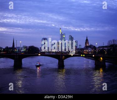 Deutschland, Frankfurt am Main, Alte Brücke, Skyline, Dämmerung, Main, Kaiserdom, Messeturm, Commerzbank, Hochhäuser, - Stock Photo