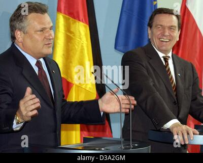 (dpa) - German Chancellor Gerhard Schroeder (R) shares a laugh as Polish President Aleksander Kwasniewski speaks - Stock Photo