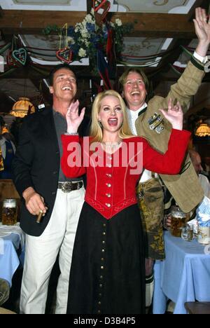 (dpa) - Austrian Hollywood star Arnold Schwarzenegger (L), Juergen Schau, Managing Director of distributor Columbia - Stock Photo