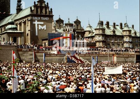 (dpa files) - Thousands of believers wait for Pope John Paul II in front of the Jasna Gora Monastery in Czestochowa - Stock Photo