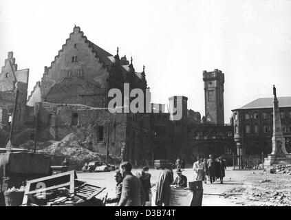(dpa files) - A view of the destroyed east wing of the city hall in Frankfurt, western Germany, 1948. The city of - Stock Photo