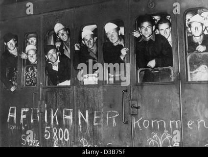 (dpa files) - The first of some 600 German prisoners of war from Africa arrive at the Grunewald train station in - Stock Photo