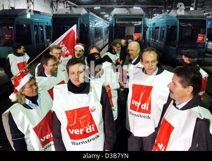 (dpa) - Members of the German service union Ver.di block the public transport depot in Frankfurt, 16 December 2002. - Stock Photo