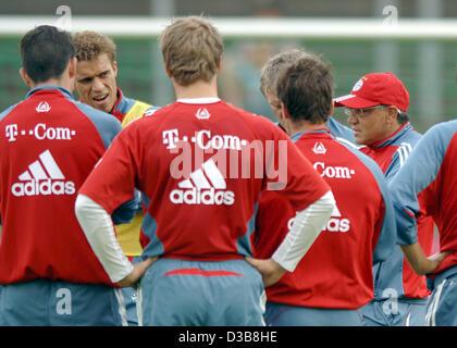 (dpa) - Felix Magath (R), coach of the German Bundesliga soccer club FC Bayern Munich gives instructions to his - Stock Photo