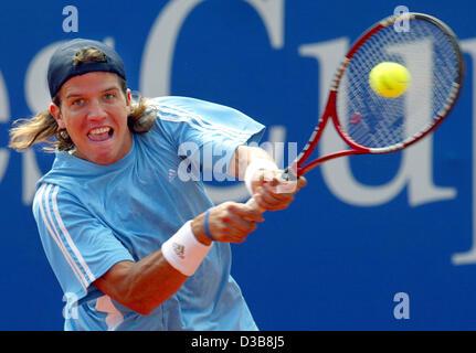(dpa) - Argeninian tennis pro Juan Pablo Brzezicki returns the ball during his match against German Philipp Kohlschreiber - Stock Photo