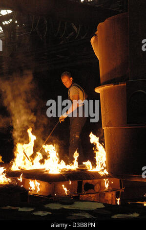 (dpa file) - The picture, dated 30 June 2005, shows the process of steel casting in the PHB Stahlguss GmbH foundry - Stock Photo