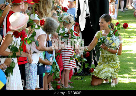 (dpa) - Crown Princess Victoria of Sweden receives flower gifts for her 28th birthday at Solliden castle in Borgholm, - Stock Photo