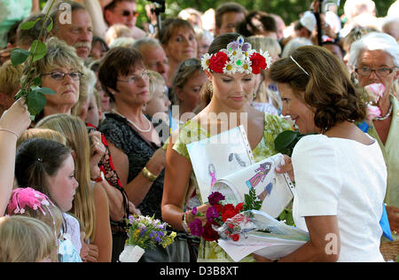 (dpa) - Crown Princess Victoria of Sweden (C) smiles during the celebrations of her 28th birthday at Solliden castle - Stock Photo